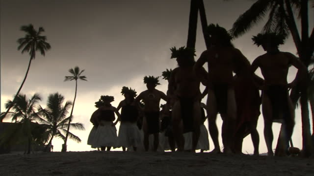 hula dancers and drummers perform at sunset at the place of refuge on the big island. - 典禮 個影片檔及 b 捲影像
