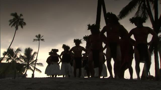 vídeos y material grabado en eventos de stock de hula dancers and drummers perform at sunset at the place of refuge on the big island. - ceremonia