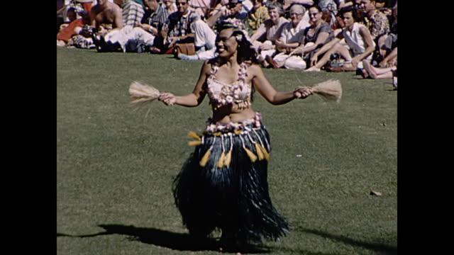 1960 hula dancers close ups  - home movie - anno 1960 video stock e b–roll