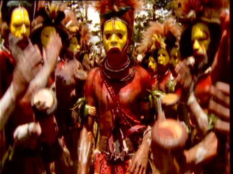 vídeos de stock e filmes b-roll de huli villagers in traditional costume dance at mount hagen show, papua new guinea - dança tradicional