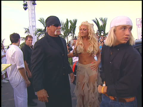 hulk hogan and family arriving at the 2004 mtv video music awards red carpet - 2004年点の映像素材/bロール