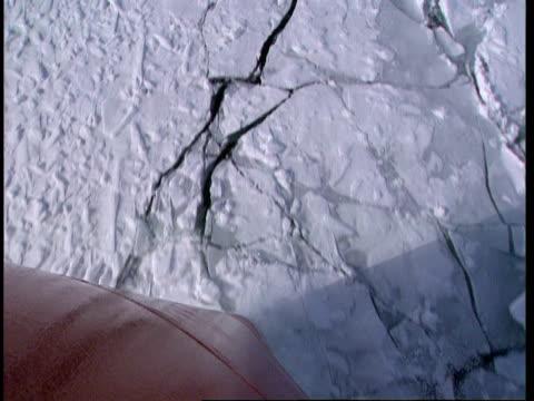 cu, ha, hull of ship traveling forward through icy water, lake michigan, michigan, usa - 船体点の映像素材/bロール