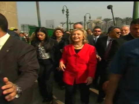 vídeos y material grabado en eventos de stock de huma abedin and hillary clinton walking in tahrir square, surrounded by reporters. abedin is an aide to secretary of state clinton. abedin is also... - huma abedin