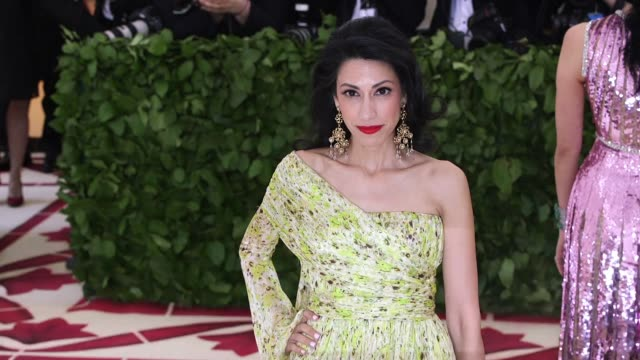 vídeos y material grabado en eventos de stock de huma abedin at heavenly bodies: fashion & the catholic imagination costume institute gala at the metropolitan museum of art on may 07, 2018 in new... - huma abedin
