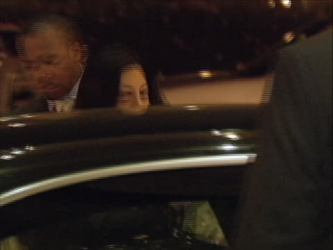 vídeos y material grabado en eventos de stock de huma abedin gets into a car in abu dhabi. huma abedin is the aide to secretary of state hillary clinton as well as the wife of anthony weiner, the us... - huma abedin