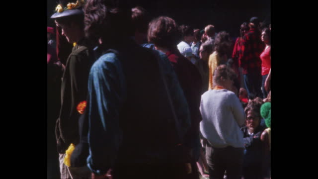 human bein summer solstice hippies and rock and roll in golden gate park - sommer sonnenwende stock-videos und b-roll-filmmaterial