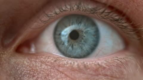 ecu mänskliga blå ögat vidöppna - iris öga bildbanksvideor och videomaterial från bakom kulisserna