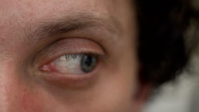 stockvideo's en b-roll-footage met menselijke angst en fobie. ogen sluiten. b rol. - samenzwering