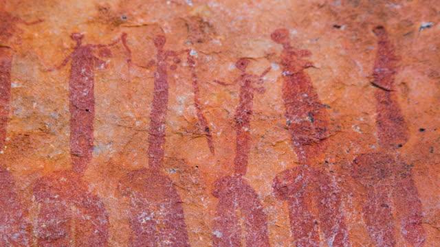human figures, sevilla bushman rock art trail - 人の姿点の映像素材/bロール