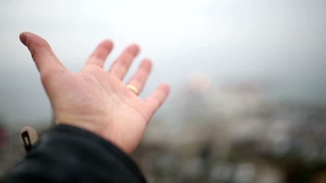 Menschliche Hand und Schnee