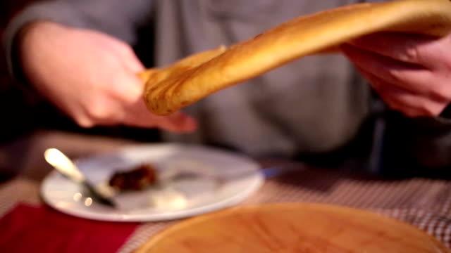 人間の手により、アイテムのパン - 引く点の映像素材/bロール