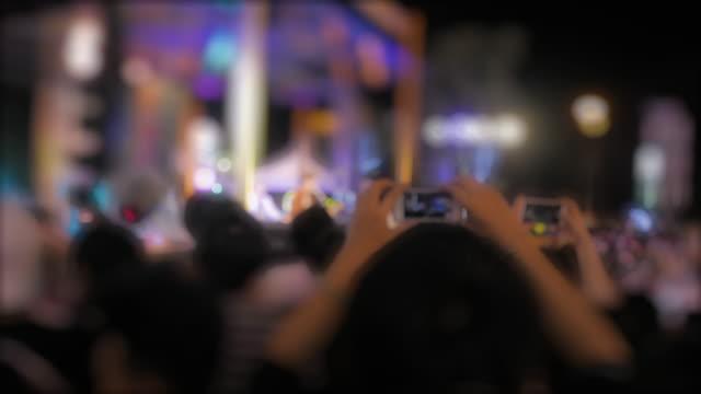 Menschliche Hand, die eine Smartphone während eines Konzerts