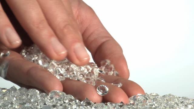 vidéos et rushes de cu slo mo human hand holding diamonds / brooklyn, new york, usa - diamant