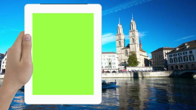 menschliche hand, die green-screen-tablette in touristischen lage der schweiz - halten stock-videos und b-roll-filmmaterial