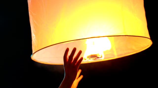 vidéos et rushes de slo mo human main launch sky lantern loi krathong et yi peng traditional festival, province de chiang mai, thaïlande - lanterne