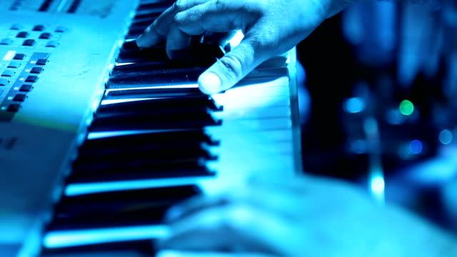 menschliche hand musik machen - pianist stock-videos und b-roll-filmmaterial