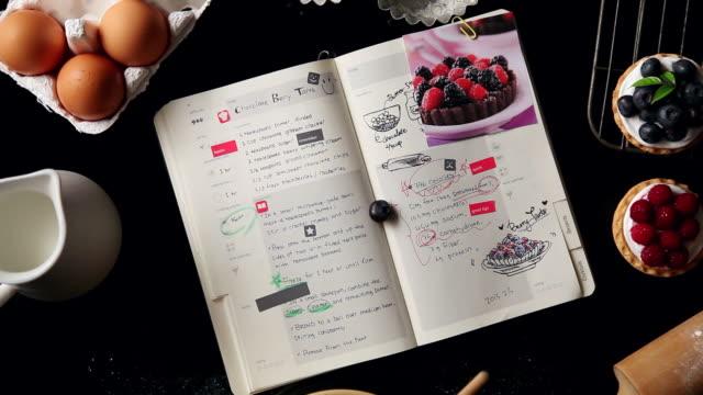 vídeos de stock, filmes e b-roll de cu human hand putting sticker in book / seoul, south korea - receita