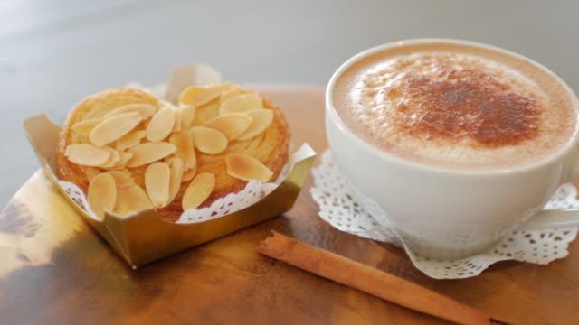 stockvideo's en b-roll-footage met menselijke hand nemen een kopje koffie voor drankje, dolly schot van links naar rechts - foam hand