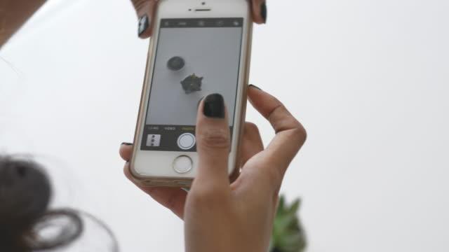 検索と写真撮影のためのスマート フォンを使用している間人間の手 - 野菜点の映像素材/bロール