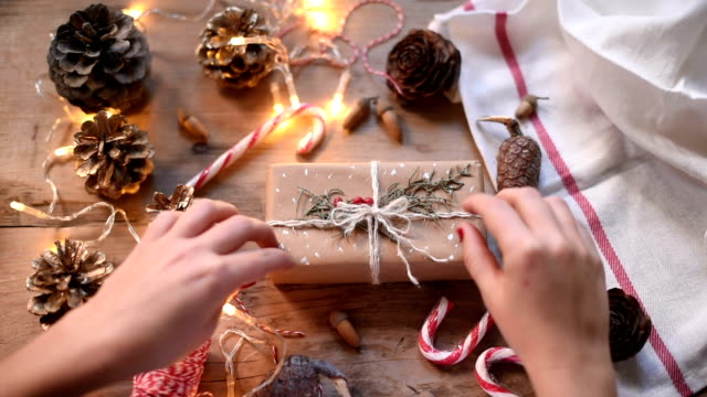 stockvideo's en b-roll-footage met human hand wrapping christmas present - cadeau