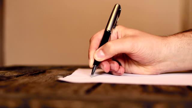 vídeos de stock e filmes b-roll de humana mão escrever uma carta - correspondência