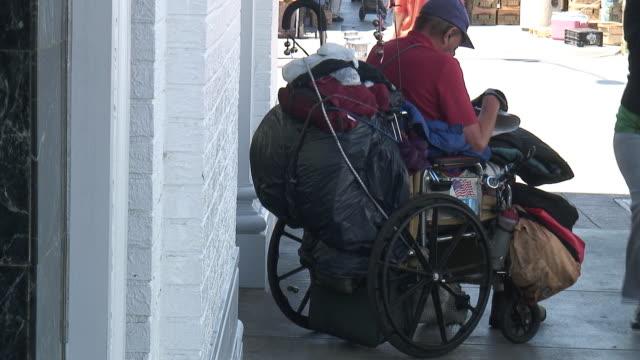 vídeos de stock e filmes b-roll de (hd1080i) humana questões: futebol de homem em cadeira de rodas - paralisia