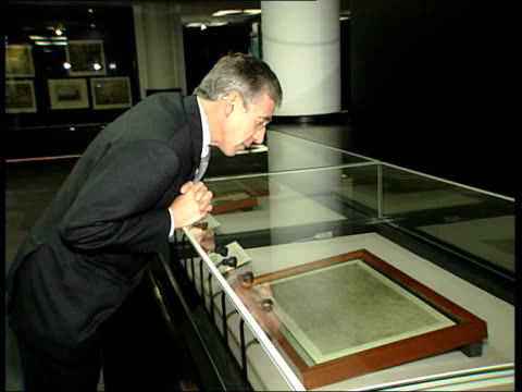 vídeos de stock e filmes b-roll de human rights act becomes law: jack straw photocall with magna carta; england: london: british library: int **beware flash photography** jack straw mp... - magna carta documento histórico