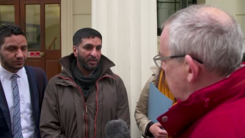 vidéos et rushes de human rights protester lodges criminal complaint against bahrain embassy staff; england: london: charing cross police station: day moosa mohammed... - contestant