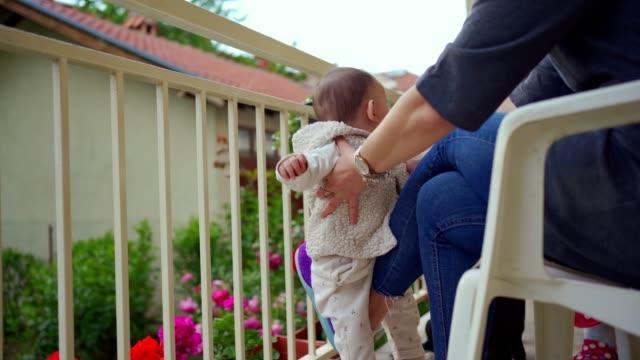 menschliche wippe für ihr baby - wippe stock-videos und b-roll-filmmaterial