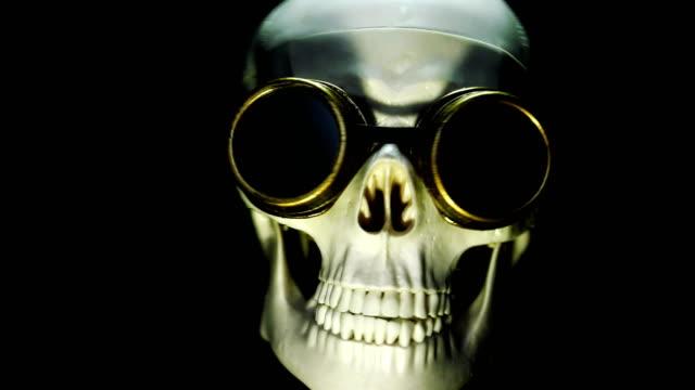 vídeos de stock, filmes e b-roll de esqueleto humano em vidros protetores - personas