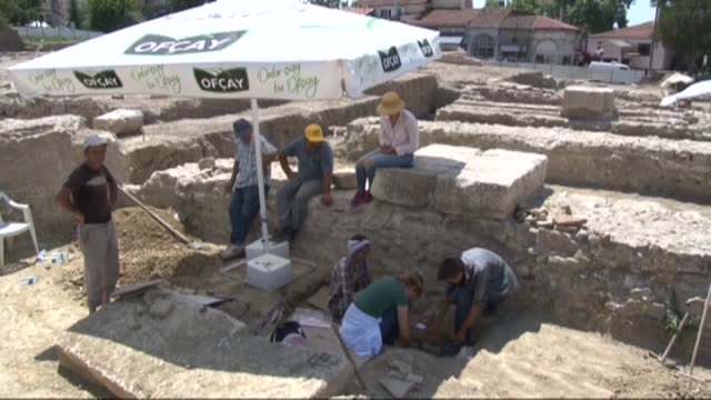 vidéos et rushes de human skeleton is seen, dated to rome period, unearthed during an archaeological digging conducted by edirne museum directorate at an archaeological... - archéologie