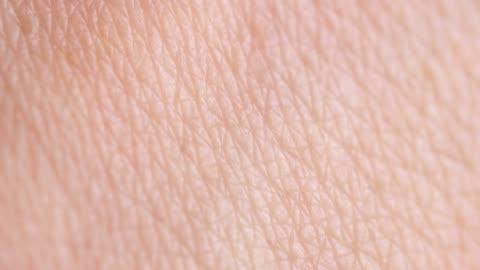 stockvideo's en b-roll-footage met menselijke huid - pellen