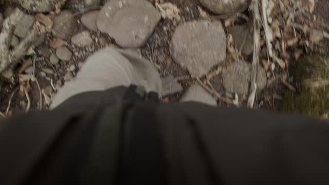 vidéos et rushes de pov marche humaine au-dessus de la randonnée de plancher de forêt de pont regardant vers le bas - manteau et blouson d'hiver