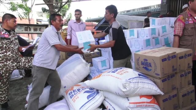 vídeos y material grabado en eventos de stock de humanitarian assistance is reaching the hardest hit district of pidie jaya in indonesia a day after a shallow 65 magnitude quake levelled hundreds of... - isla de sumatra