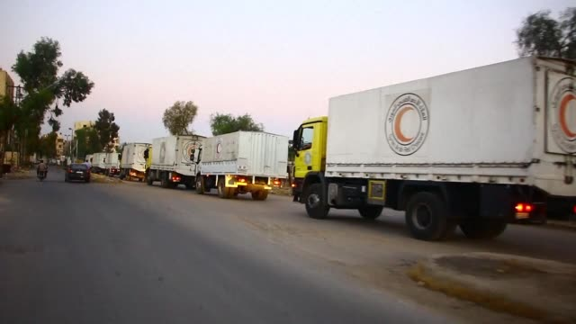 a humanitarian convoy led by the un and the syrian red crescent entered the east ghouta on saturday night a damascus suburd under rebel control since... - halvmåne form bildbanksvideor och videomaterial från bakom kulisserna