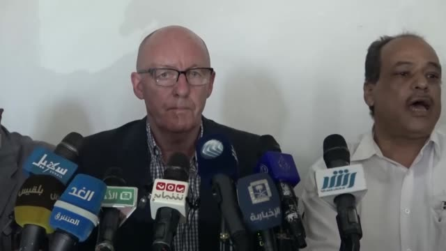 humanitarian coordinator jamie mcgoldrick visits a hospital in taiz city which is under siege of houthi forces on april 9 2017 in yemen - bürgerkrieg stock-videos und b-roll-filmmaterial