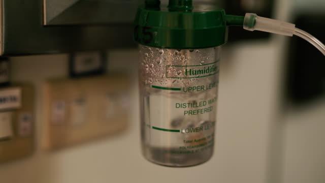 vídeos de stock, filmes e b-roll de umidificador para oxigênio - inalar