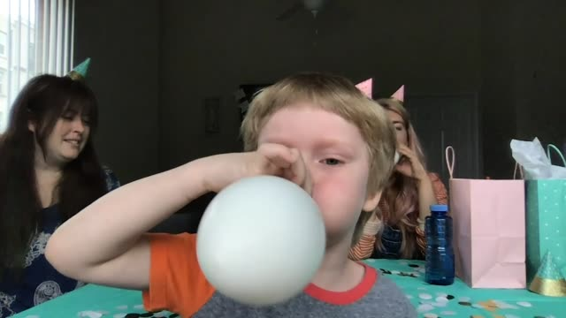 vidéos et rushes de humorous birthday celebration with a child and two youthful women (audio) - accident domestique