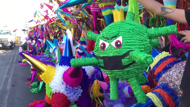 "humorous pinata representing covid19 at the ""jamaica"" market on december 13, 2020 in mexico city, mexico. despite recent announcements by the mayor... - papier bildbanksvideor och videomaterial från bakom kulisserna"
