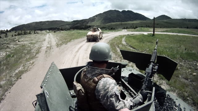 stockvideo's en b-roll-footage met humvee gunner gets help loading his machine gun. - humvee