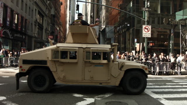 stockvideo's en b-roll-footage met a humvee passes crowds of supporters at the annual veteran's day parade along fifth avenue on november 11 2014 in new york city - humvee