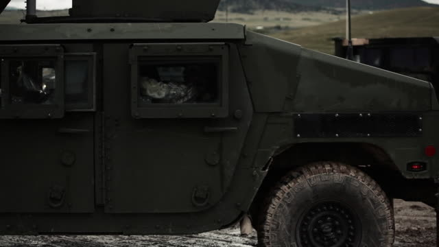 stockvideo's en b-roll-footage met humvee rolling out in mud - humvee