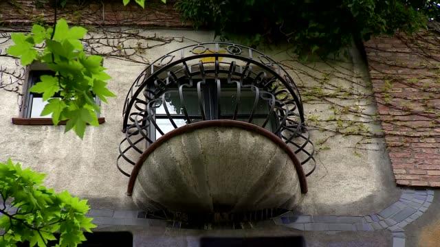 hundertwasserhaus in vienna - balcony - 小枝点の映像素材/bロール