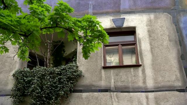 hundertwasserhaus in vienna - window - 小枝点の映像素材/bロール