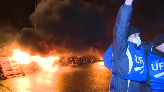 A hundred demonstrators were gathered Monday evening in front of a French prison setting fire to wooden pallets and tyres arranged on the road...