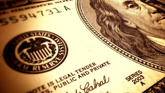 vidéos et rushes de macro shot de 100 dollars américains - billet de banque
