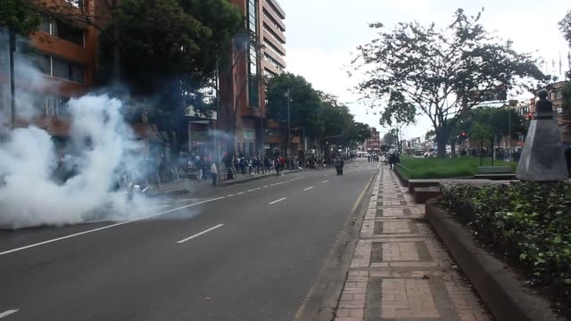 hundred of students protest bus fare rising in bogota, colombia on march 31, 2017. police intervene in protest with tear gas and water cannon. - fare video stock e b–roll