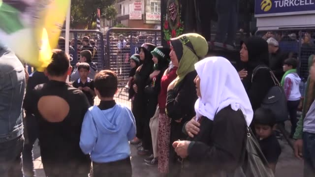 hundred of thousands take part in a mourning procession marking the day of ashura in igdir northern province of turkey on september 30 2017 shiite... - ashura muharram stock-videos und b-roll-filmmaterial