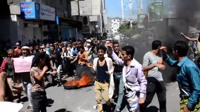 hundred of yemenis demonstrate in taez to protest against the currency devaluation and demand economic reforms from the saudi backed yemeni government - devaluation stock videos & royalty-free footage