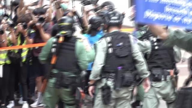 vídeos y material grabado en eventos de stock de hundreds arrested in hong kong protests as security law comes into effect; hong kong; protest, protesters, riot police, pepper gun, arrest, march,... - manifestante